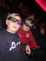 Utrustade med moderna 3D-glasögon väntar vi på filmen ...