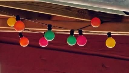 På verandan hänger de här färgglada lamporna ...