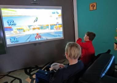 Det finns mycket för både barn och vuxna ... bl.a. ett helt rum med massor av olika spel.