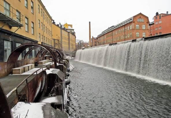 Vy över vattenfallet i centrala delen av Industrilandskapet ... t.v. syns bågarna som en gång var ett rör där vattnet forsade till kraftstationen ...