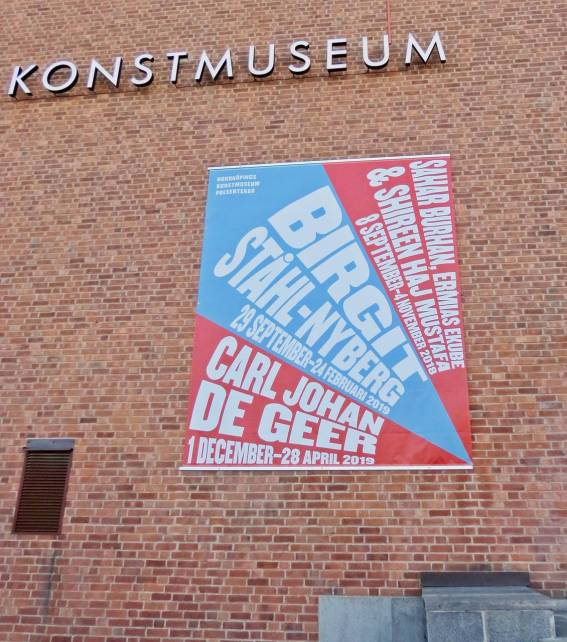 Vid entrén till Konstmuseet ...