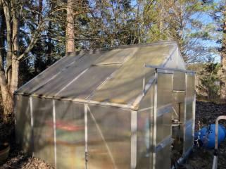 Taket är lagat ... limmat och så lite silvertejp :)