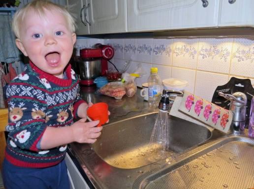 Gladare än så här kan man nog inte vara vid diskbänken ...