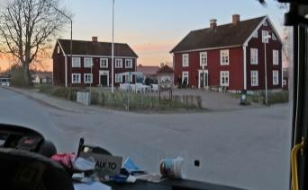 Efter att ha hämtat upp ett gäng med morgonpigga människor i Norrköping, så fortsatte vi till Tjällmo Gästgiveri där vi hämtade upp ytterligare ett gäng.