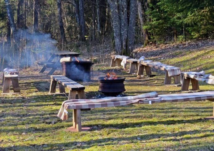 Värmande eldar var tända och filtar att sitta på fanns på bänkarna ...