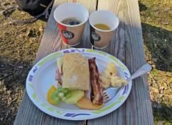 Äggstanning, bacon, frukt, dubbelmacka, juice och kaffe ...