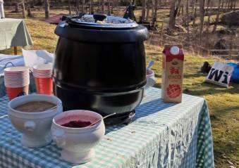 Varm och god gröt i den svarta behållaren ,,, lingonsylt, äpplemos och mjölk ... eller en yoghurt för den som hellre ville ha det.