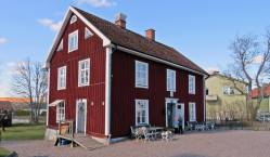 Stora huset med restaurang och 8 hotellrum ... i en flygel finn ytterligare fyra rum ...