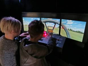 Prova på att flyga - populärt ... och lång kö innan Casper och Ludvig fick chans att prova ...
