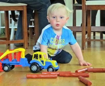 Traktor med timmersläp var en av presenterna ...