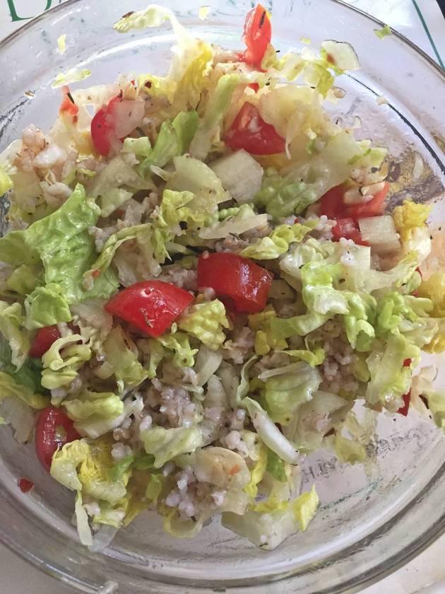 Matig sallad - grönsallad, vinägrettsås och kokta korngryn.