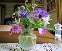 Ludvig som inte mådde riktigt bra höll farfar sällskap ... och plockade blommor :)