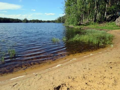 ... och där finns en liten badplats med fin sandstrand.