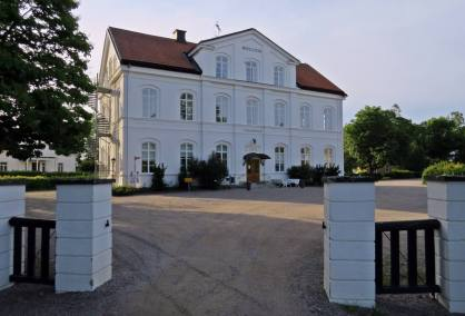 Och framme vid kyrkan och Kyrkans hus - en pampig byggnad som varit folkskola.