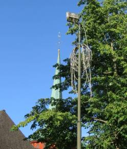 Inte samma slags kabelspagetti som på en del andra håll i världen, men lite trassel är det i alla fall.