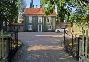 Flachska gården, byggd på 1600-talet. Här bodde förste polisinspektör major Erik Gabriel Flach. I den ena flygelbyggnaden fanns stadens första postkontor.