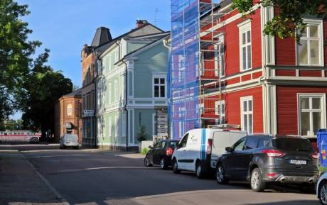 Mycket nytt byggs, men många äldre hus renoveras ...