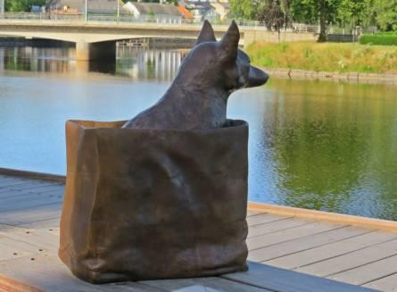 Mer konst ... hund, eller kanske en räv i påse ...