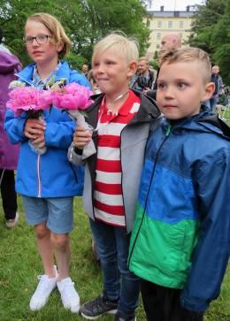 Kusin Lukas, Casper och Ludvig ... Alla barn som gick ut ett stadie fick en blomma om halsen. Orättvist tyckte Ludvig ,,,