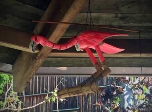 En ful rosa flamingo som rörde sig i vinden. Jag skulle kunna tänka mig att ha en sån fuling i eken vid Lillstugan :)
