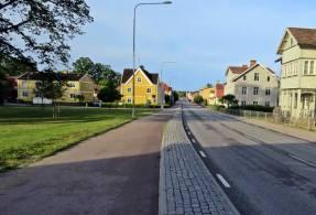 Storgatan går rätt igenom samhället - inte många bilar ute där på morgonen ...