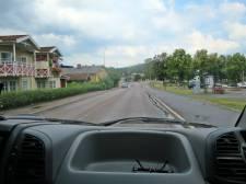 Pust! äntligen ute på tillåten väg igen - t.h. är ställplatsen där vi stod när vi var här senast ...