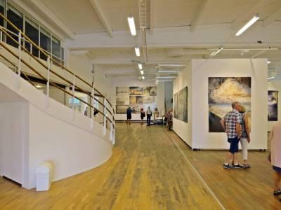 En del av utställningshallen ...