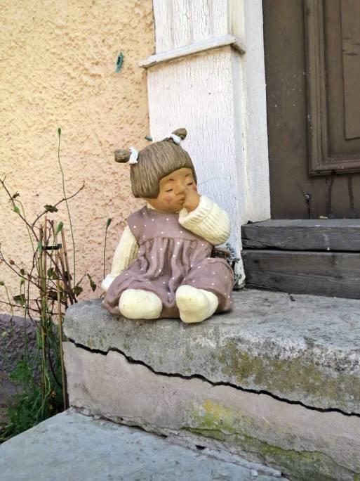 Ensam och övergiven sitter hon där på trappan ...