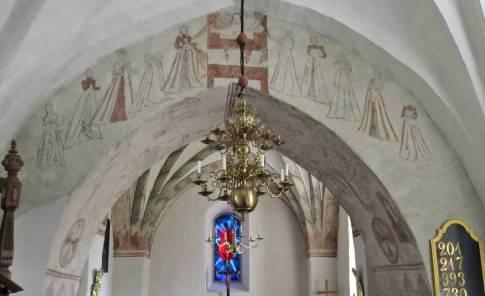 De äldsta som finns bevarade, som kom till innan uppbyggandet av valvet, är några fragment man kan se i och omkring triumfbågen.