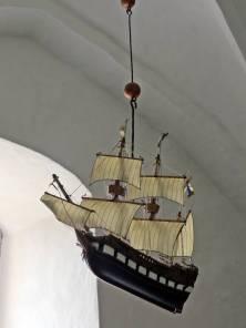 Det vackra votivskeppet är en kopia av det från 1600-talet som också finns i kyrkan, men i en glasmonter ... och i ganska dåligt skick.