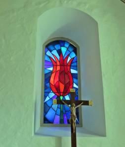 Glasmålningen i koret är utförd 1954 av konstnärinnan Brita Reich-Eriksson