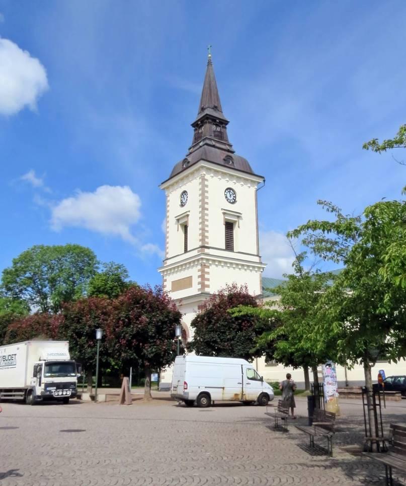 Den vackra kyrkan vid torget mitt i stan ...