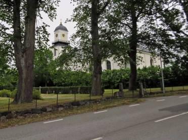 Ö. Husby kyrka ligger inbäddad i grönskan ... och den ligger inte mitt i byn!