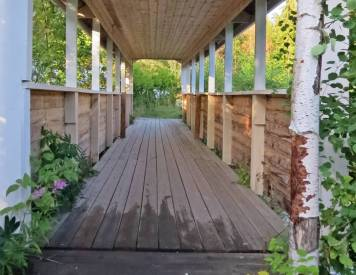 En av flera gångbroar ... med tak ...