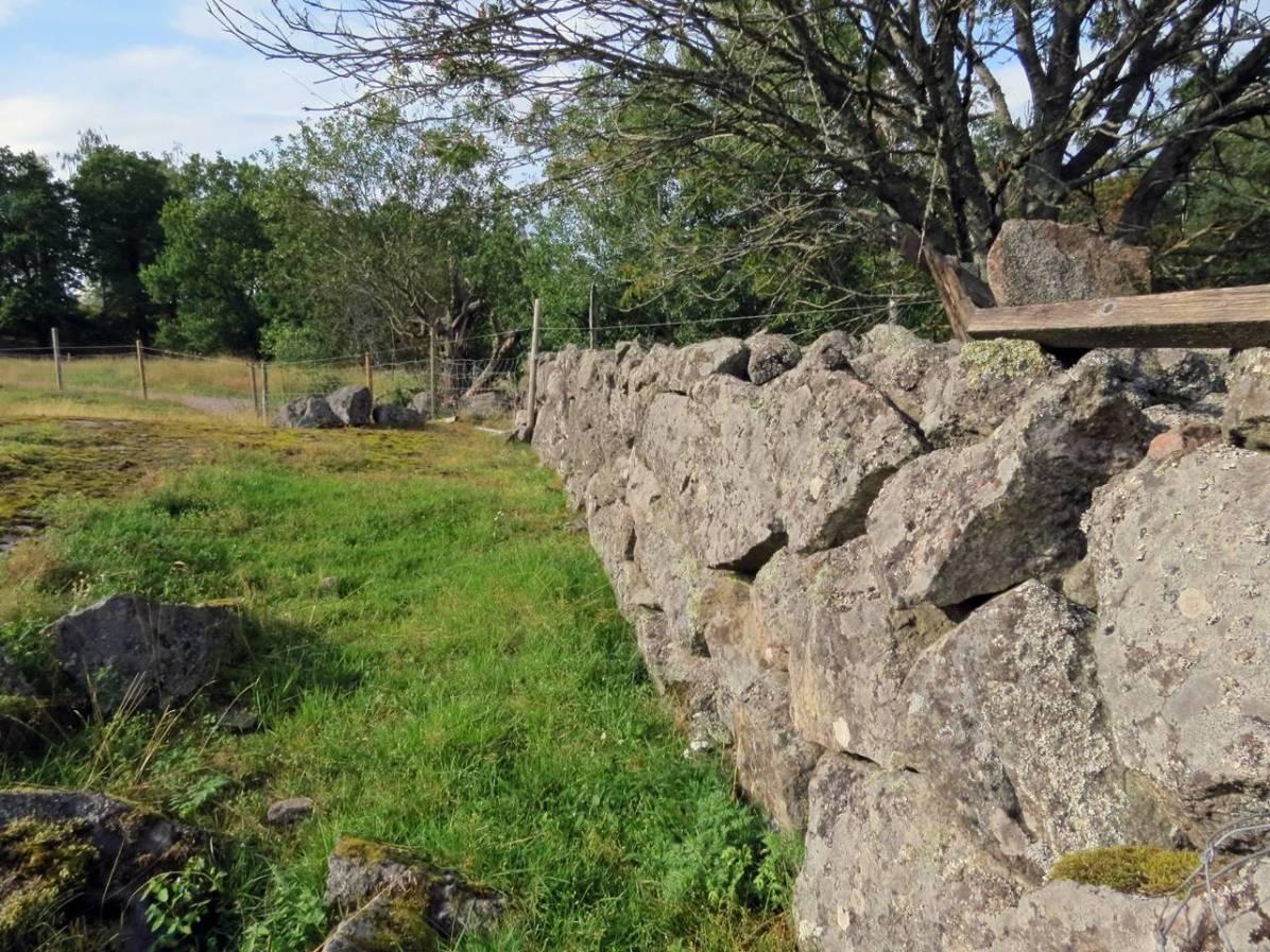 ... och den gamla stenmuren.