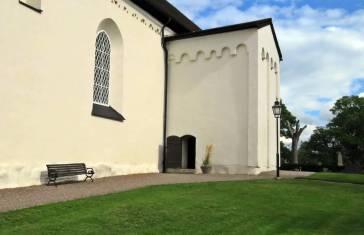 En lite, liten dörr leder in i kyrkan ...