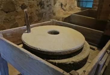 En stenkvarn för att mala sin säd fanns däruppe - annars mest en massa skräp ...