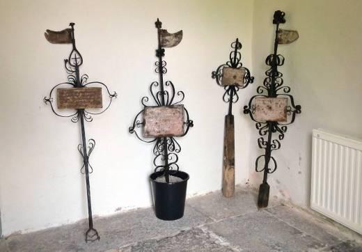 några begravningsvapen ... vapen som burits under begravningsceremonier ...