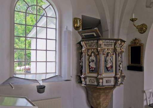 Predikstolen ... Vid alla fönster fanns såna här plåtar ... någon som vet varför?