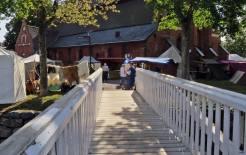 På väg över ån till marknaden vid S:t Laurenti kyrka ...