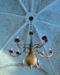 Vackert tak ... och en ovanlig ljuskrona.
