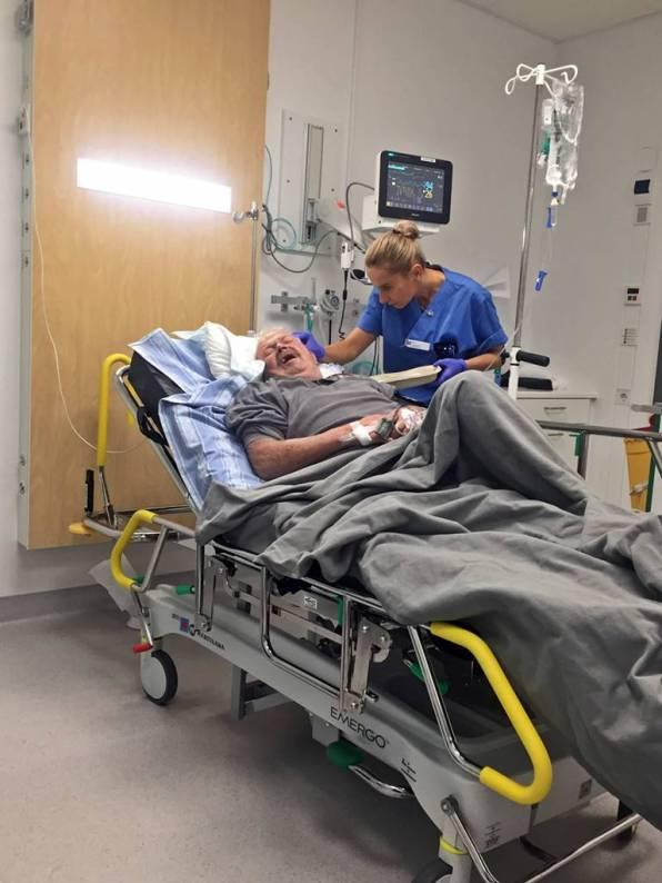 Innan han fick komma upp till vårdavdelningen syddes såret i huvudet ihop ... 6 stygn blev det ...