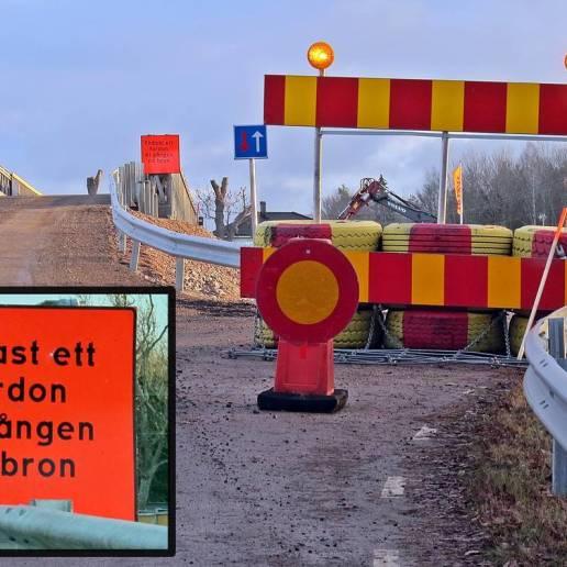 Den nya provisoriska bron , bredvid brobygget äver järnvägen, strax efter där den första skylten finns.