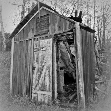 Ett slitet hus till ... hittat strax utanför Finspång.