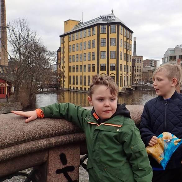 Jag bad grabbarna att de skulle posera framför Arbetets Museum ... det gick sådär ... :)