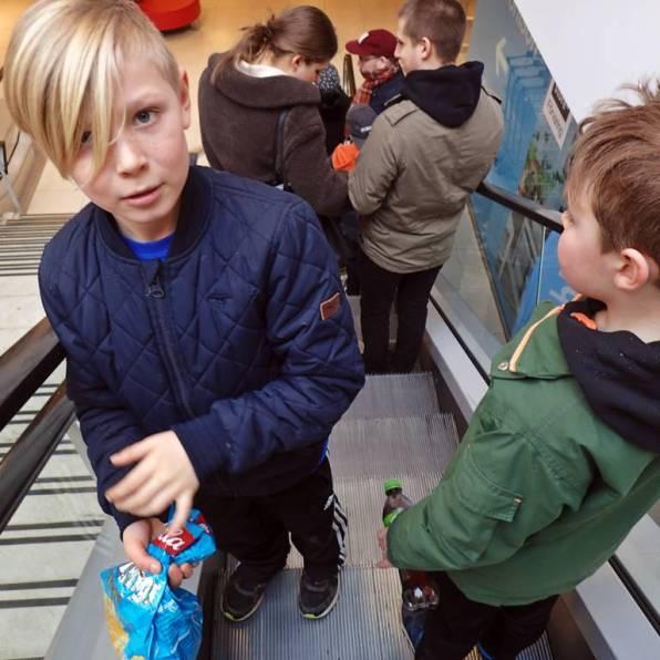 På Dominogallerian blev det rulltrappa ner till Clas Ohlsson - Ludvig skulle få en ny passare att rita cirklar med ...