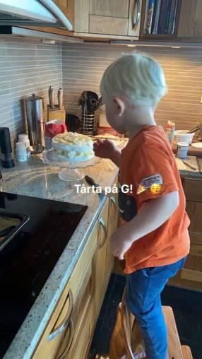 Snart är tårtan klar ... Charli lägger en sista hand på tillverkningen.