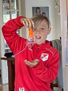 Casper demonstrerade en av Charlies presenter - en grej att blåsa såpbubblor med :)