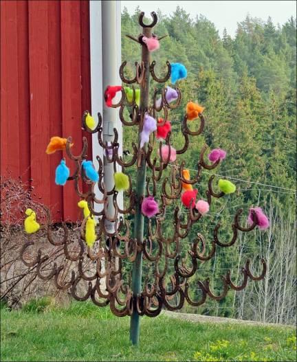 ... och beundrade det fint påskpyntade hästskoträdet hos grannarna.