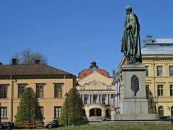 Mot centrum igen - passerade Karl Johans park med Stadsteatern i bakgrunden.